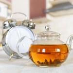 キッチンで新鮮な茶のティーポット — ストック写真