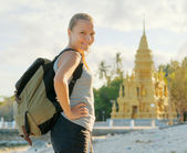 Jonge vrouw kijken naar gouden pagode. wandelen op azië — Stockfoto