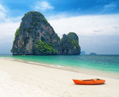 Clear water and blue sky. Beach in Krabi province, Thailand — Stock Photo