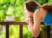молодая женщина питьевой кофе в саду. портрет на открытом воздухе — Стоковое фото