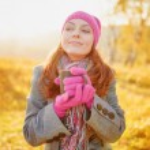 Young woman enjoying the fall season. Autumn outdoor portrait — Stock Photo