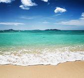 Beautiful tropical beach and blue sky — Stock Photo