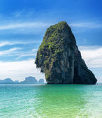 Clear water and blue sky. Phra Nang beach, Thailand — Foto Stock