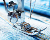 Šicí stroj a džíny tkaniny — Stock fotografie