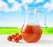 Jug 番茄汁对自然背景。半满满的水罐 — 图库照片
