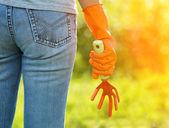 женщина в оранжевые перчатки, работать в саду — Стоковое фото