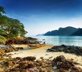 Tropical landscape. Beach of Phi Phi Island, Thailand — Stock Photo