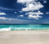 Beautiful tropical beach and blue sky — Foto Stock