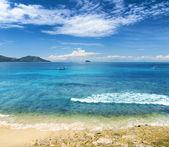Vackra tropiska hav och blå himmel. — Stockfoto