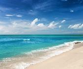 Hermoso mar tropical y un cielo azul. — Foto de Stock