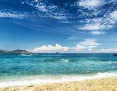 Belo mar tropical e céu azul. — Foto Stock