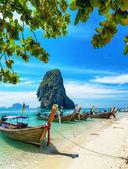 Lanchas en playa de phra nang, Tailandia — Foto de Stock
