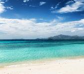 Bela praia tropical e céu azul — Fotografia Stock