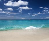 Beautiful tropical beach and blue sky — Stock fotografie