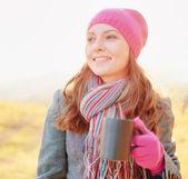 Молодая женщина, наслаждаясь осенний сезон. осень открытый портрет — Стоковое фото