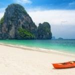 czysta woda i błękitne niebo. plaża w prowincji krabi, Tajlandia — Zdjęcie stockowe