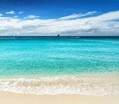 Beautiful tropical beach and blue sky — Foto de Stock