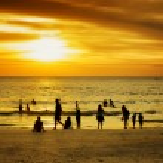 Group of people on sunset beach — ストック写真