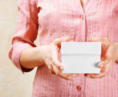 Young woman holding a white gift box — Foto Stock