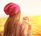 Young woman holding a tumbler of coffee. Outdoor portrait — Stock Photo