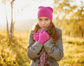 Young woman walking in the fall season. Autumn outdoor portrait — Stockfoto