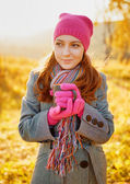 Young woman enjoying the fall season. Autumn outdoor portrait — Stockfoto