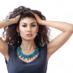 Junge Frau mit lange lockigem Haar — Stockfoto #16819343