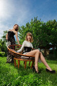 Retrato de duas jovens mulheres da moda — Fotografia Stock