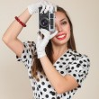 Young woman making photos with vintage film camera — Stockfoto