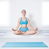 Yoga yapıyor kadın — Stok fotoğraf