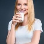 süt ile genç kadın — Stok fotoğraf #41352839