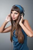 女の子のヘッドフォンで音楽を聴く — ストック写真