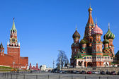 Intercession Cathedral (St. Basil's) and the Spassky Tower in Mo — Stock Photo