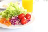 Ontbijt en salade op ochtend tafel. — Stockfoto