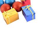 Gruppera flera färg gåva rutan och christmas ball på vit bakgrund. — Stockfoto