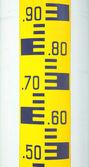 Hladina vody měřítku nalepený plastová tyč. — Stock fotografie