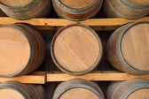 Horizontalen hölzernen Weinfässer im Keller-Regal. — Stockfoto