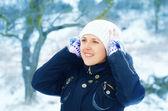 žena v zimním lese在冬天森林里的女人 — Stock fotografie