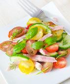 Salát se šunkou a zeleninou — Stock fotografie