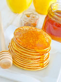 Pancakes with honey — 图库照片