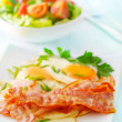Breakfast, bakon with salad and eggs - Foto Stock