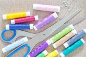 Vlákno a nůžky — Stock fotografie