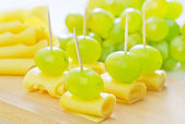 Canape with grape and cheese — Stock Photo