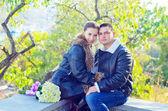 对年轻夫妇在公园 — 图库照片