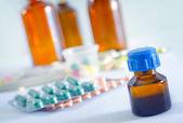 Farbe-Pillen und medizinische Flasche — Stockfoto