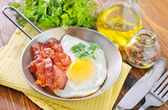 Fried eggs with bacon — Stockfoto