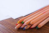 Carta e matite colorate — Foto Stock