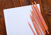 纸和彩色的铅笔 — 图库照片