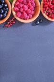 Beeren in schalen — Stockfoto