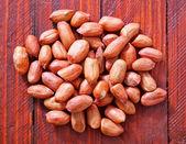 Erdnüsse auf tisch — Stockfoto